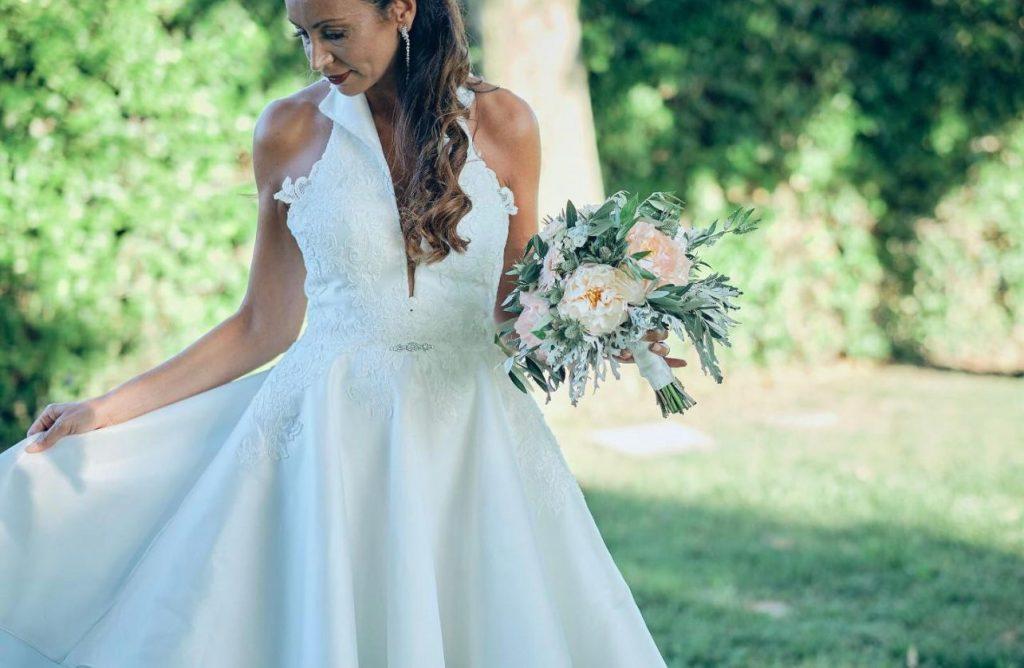 Rossella indossa abito da sposa durante uno shooting