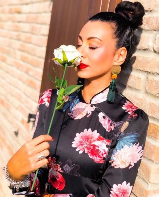 Rossella Santini con rosa bianca